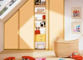 Podkrovní sešikmená hnědá skříň do dětského pokoje