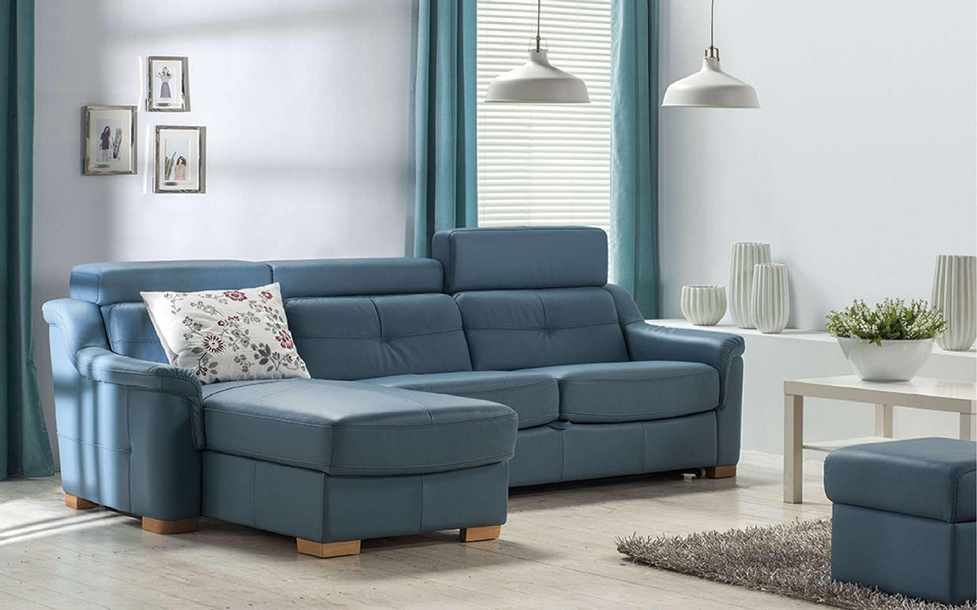 Moderní obývací pokoj v modro-bílé barvě