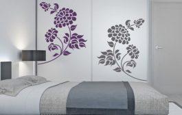 Nudí vás interiér ložnice? Zkuste jej oživit pomocí samolepek na zeď.